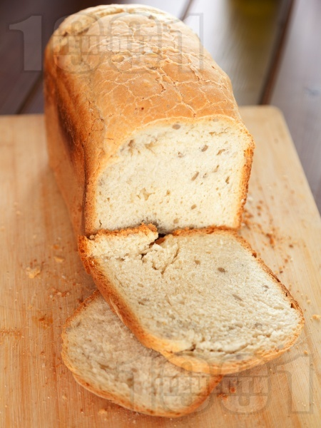 Бърз домашен хляб с грис за хлебопекарна - снимка на рецептата